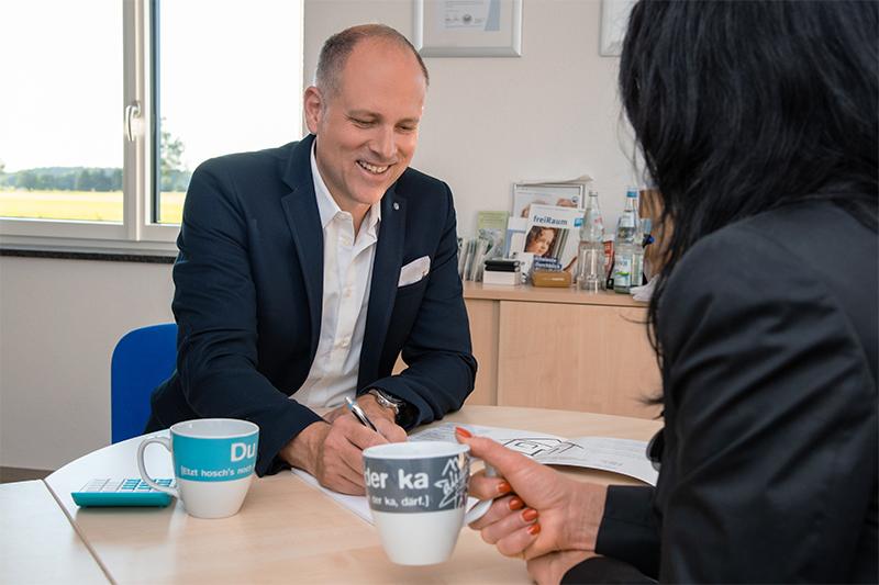 Herr Witzigmann von FERTIGHAUSFINANZIERING.COM kooperiert mit Fertighausfirmen für zufriedene Kunden.