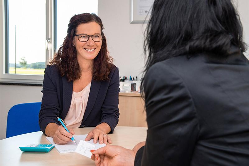Frau Willburger von FERTIGHAUSFINANZIERUNG.COM berät Kunden zur Finanzierung von Fertighäusern.